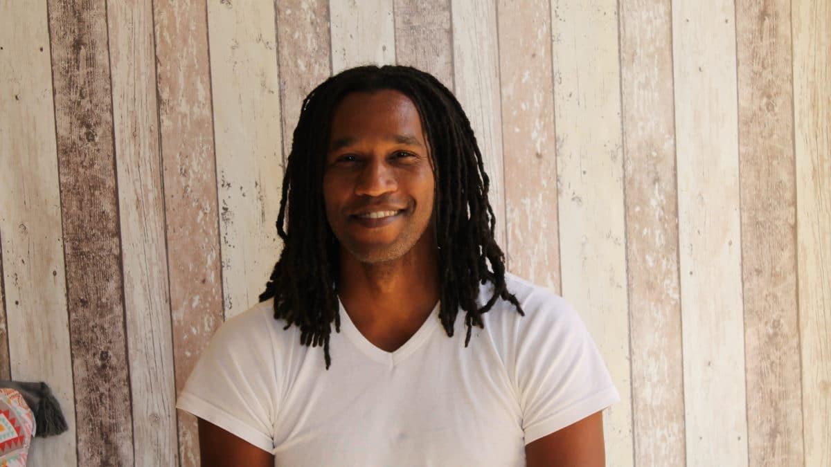 Jeune homme afro portant des dreadlocks