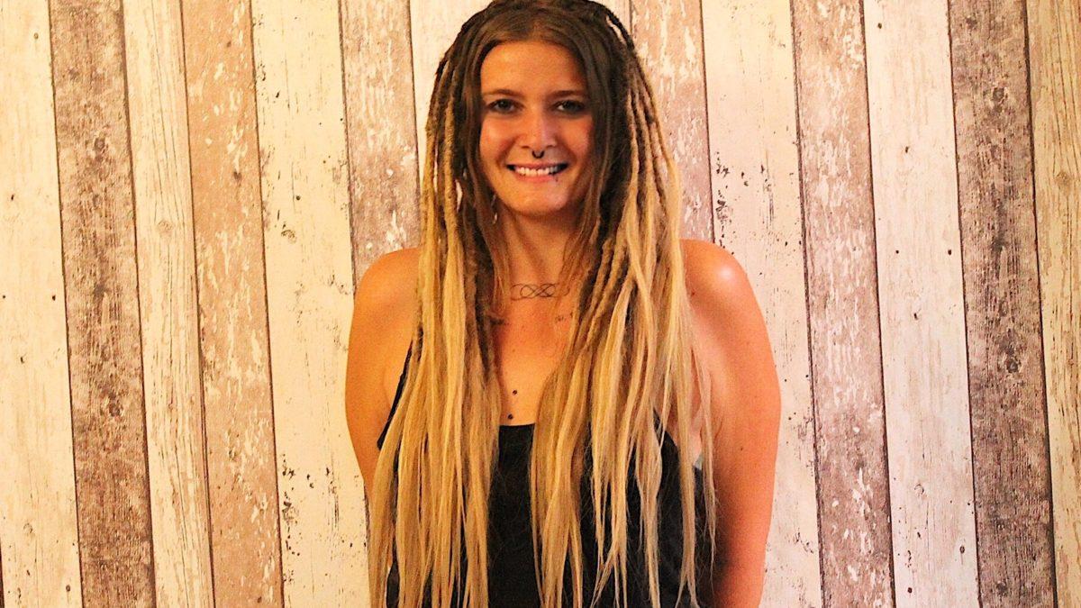 Jeune femme portant des locs blonde