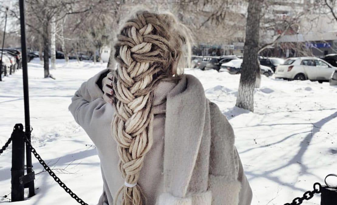 Femme ayant fait une entretien de ses dreadlocks en hiver