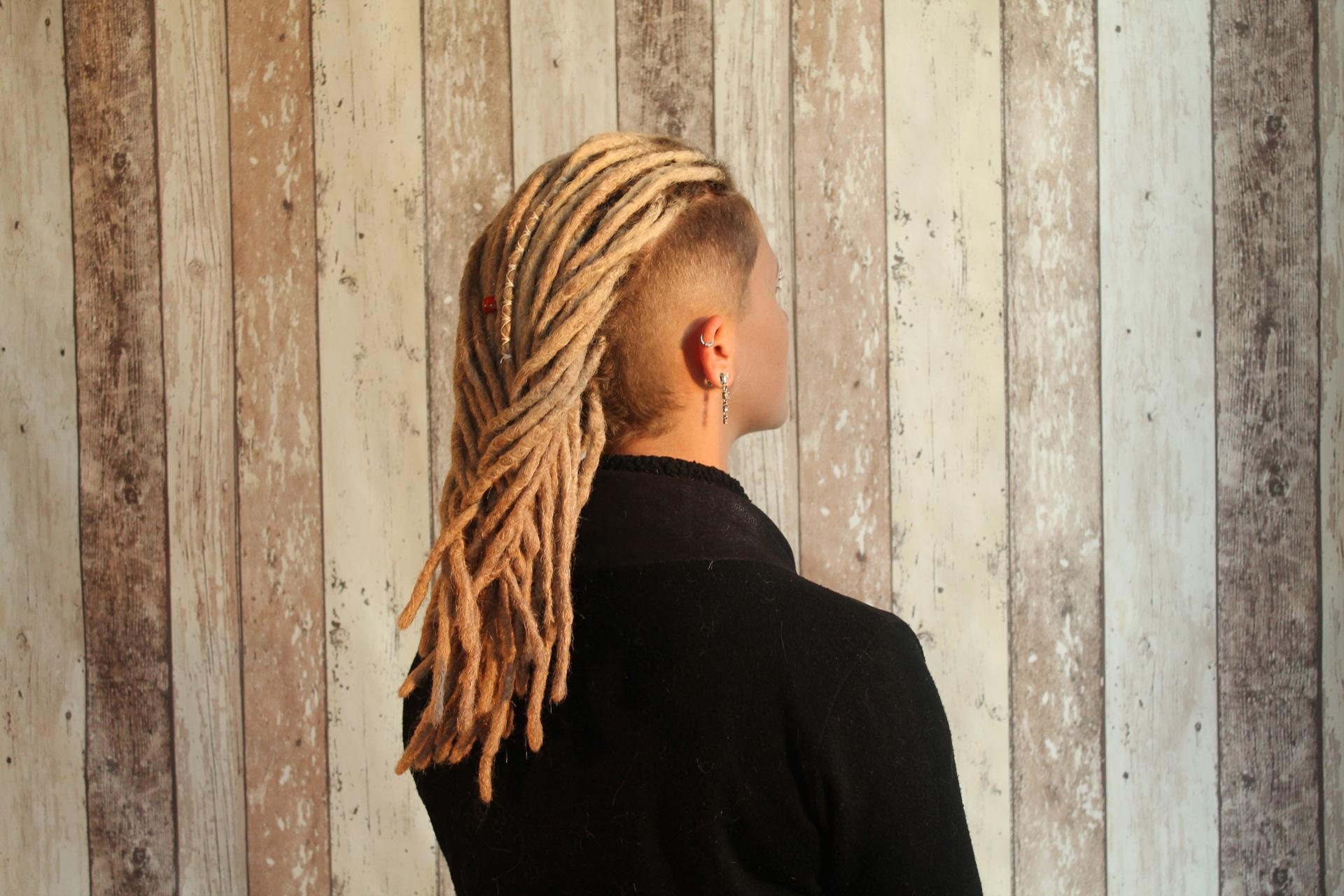 extensionCréation d'extensions de dreads naturelles blondes